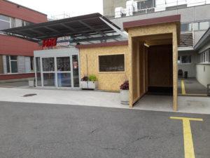 La cellule de conduite nous demandé de mandater une entreprise pour installer un tunnel provisoire pour que les patients gardent la distance de sécurité au sec